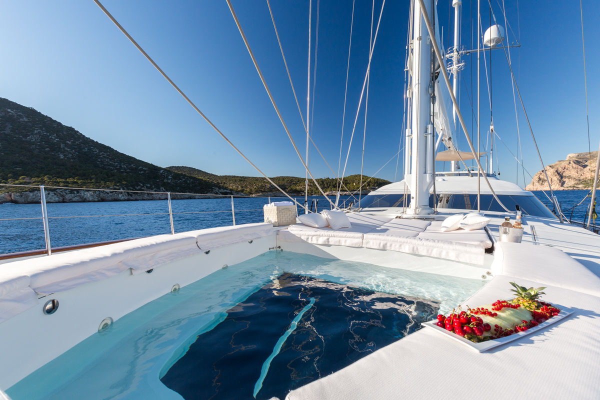 Foredeck pool